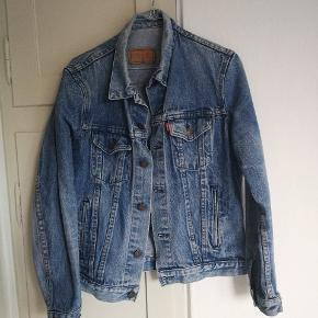 Sælger denne fede vintage Levis jakke da jeg ikke har fået den brugt :(  Købt for 500kr i en vintage butik i Århus Køb den for 300inkl fragt idag!!   Se min shop for andet vintage tøj så som nike Adidas Thrasher Levis champion bape og stussy golf mm