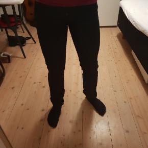 W: 31, L: 34 - Sorte Wrangler bukser af modellen Arizona stretch. Sammensætning er 97 % bomuld, 3 % elastan. Pasformen er regular, mine lår er bare lidt for store til mit liv, så synes ikke de sidder godt på mig. Nypris var 600 kr.