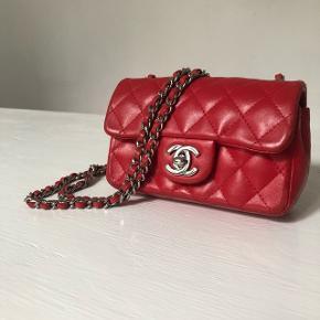 Fin lille rød sag. Med dustbag købt af deedee på TS. Kan betales over 3 gange. Måler 10x5x4