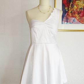 Fed kjole med én bar skulder og en flot anden skulder. Foret overdel og rundskåret nederdel.   Brystvidde: 43 cm x 2 Livvidde: 37 cm x 2 Længde: 87 cm  Ingen byt, og prisen er fast