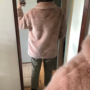 Blødeste fake-fur jakke i gammelrosa.   Med trykknapper.
