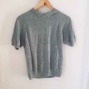 Grå bluse / t-shirt fra COS. Kan afhentes i Randers/Århus C, eller sendes på købers regning med DAO.