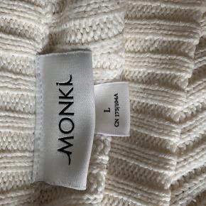 Monki hvid sweater. Den er i en størrelse L men passer bedre m