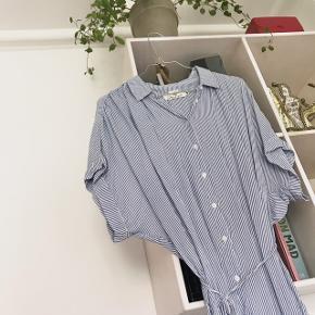 Blå og hvid stribet kjole fra H&M. Passer flere størrelser. Kan bindes i taljen.