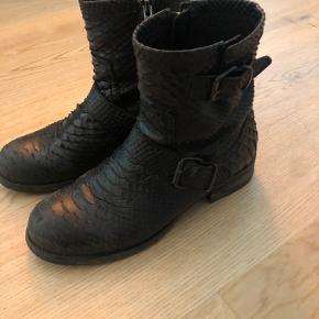 De super fede, og klassiske, bikerstøvler fra Billi Bi i slangeskind. De er købt i 2018/2019 og brugt en kort periode, hvorfor hælen har lidt mærker. Ellers er de i super fin stand og har stadig MEGET liv i sig til den nye ejer 😍