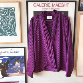 Smuk lilla skjorte, der er lukket i bunden, og har en enkelt knap på midten til at samle den lidt 🌸 brugt en gang, og vasket en gang. Lilla og sorte striber 💥 fra Neo Noir str. L   Bemærk - afhentes ved Harald Jensens plads eller sendes med dao. Bytter ikke 👌🏼  💫 Skjorte bluse overdel tunika striber stribet lilla sort