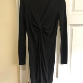 Sort Malene Birger kjole med dyb udskæring. Er en str xs men kan også passes af en str S da stoffet er elastisk