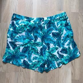 H&M+ str. 48. Højtaljede shorts med elastik i taljen. Taljemål: 94 cm.