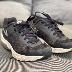 Har et lille ubetydeligt hul nederst på skoen.
