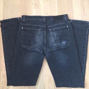Grå jeans fra Tiger of Sweden str. 32/34. Model Iggy som er slim-fit pasform. Brugt men i fin stand uden huller eller pletter. Nypris 1000kr.