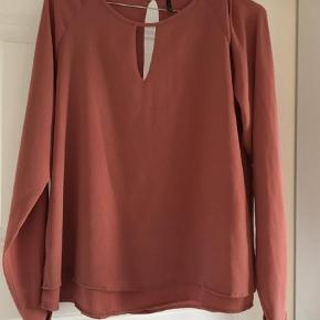 Varetype: Bluse Farve: Pudder  Flot bluse. Se detaljer på billede. Farven er lidt svær- mørk pudder/rosa. Sender med dao.