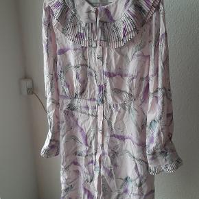 Smuk viskose kjole, med knapper hele vejen og plisseret krave. Aldrig brugt. Kort. Er god TIL M/ L/lille XL.