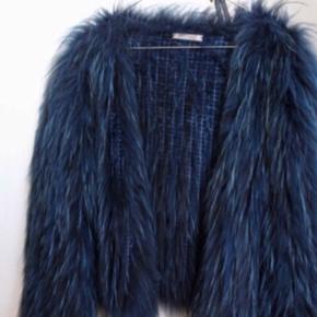 Flot ægte vaskebjørns pels fra Meotine str. M/L.  Sælger hvis rette bud kommer! Nypris er 3500. Spørg endelig for flere billeder eller spørgsmål.