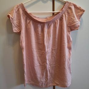 Off shoulder top fra Pieces i fersken/rosa. Den er blevet brugt men har ikke umiddelbart nogle pletter eller andre tydelige brugsmærker.   Nypris var omkring 160 kr. Kom med et bud😊