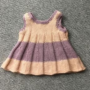 Hjemmestrikket dukketøj pr del kr 45.. Passer til babyborn og andre dukker der måler mellem 35-40 cm  Se også anden annonce med dukketøj hagesmække mm