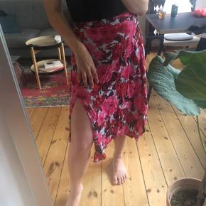 Smuk nederdel i flot sommerprint med slids