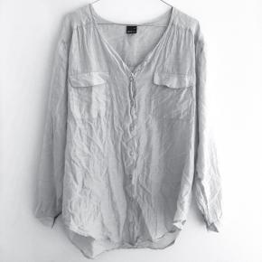 Gina Tricot skjorte i silke  størrelse: 36   pris: 50 kr  fragt: 37 kr   OBS: Jeg tager på loppemarked D. 17/2 - hvis varen ikke er solgt inden tages den med 🚨