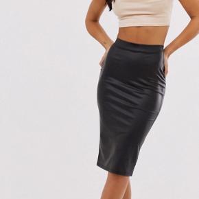 Lækker pensil nederdel i imiteret skind.  Den er brugt to gange, og fremstå som ny. Den har elastik i taljen og slids bagpå. Det er en str. 42. Mp 154 pp