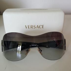 Vildt flotte solbriller. De er kun brugt få gange, men har desværre nogle små ridser på det ene glas.