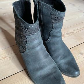 Fine tamaris støvler med mønster på siden. Indvendig lynlås.