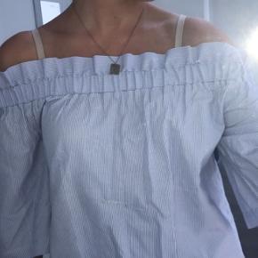 Denne trøje har fået syet et hul på maven, men man kan sagtens vænne den om så at syningen er på ryggen😊