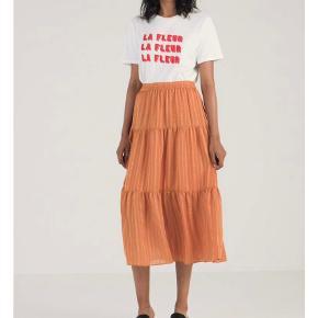 Smuk nederdel fra Selected Female i orange med silke-lignende striber. Aldrig brugt 🌸 byd!