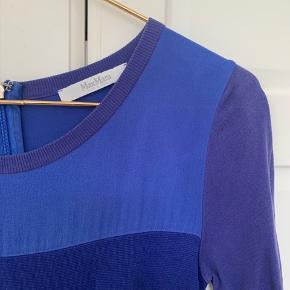 Lækker mørkeblå kjole fra maxmara Købt hos Daniels i Hørsholm.  Den er formentlig en str 40-42 i max mara (passer en 36 eller 38)   Passer mig men tætsiddende, jeg bruger ofte 38 i kjoler.  Byd gerne☺️