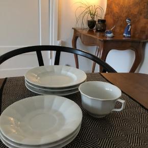 Gammelt Royal Copenhagen stel Sælger en kaffekop, tre underkopper og tre små tallerkner (18 cm) Fremstår uden skår og revner