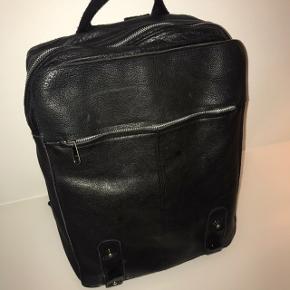 """Skøn og smørblød skind rygsæk. Justerbare bomuldsstropper og med lynlåslomme foran, bagpå og en lille indeni. Har plads til en MacBook 13"""". I rigtig god stand!"""