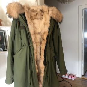 Smukkeste varme parka med pels indeni og på kanterne. Den er simpelthen så kanon lækker - men desværre er den købt for stor. Du er velkommen til at komme forbi og se og prøve den.   BYD :-) Tænker en pris på ca. 3500 kr.