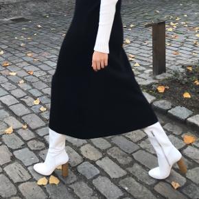 Støvletter i Hvidt læder fra Zara.  Nypris: 999kr Fremstår praktisk talt som nye.  Brugt maks 2 gange udenfor.  Hælhøjde: 10 cm  Sælges da jeg ikke går med dem.  🚫 BYTTER IKKE 🚫