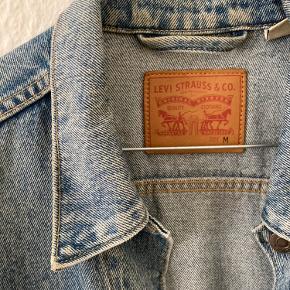 Levis jakke, kun brugt et enkelt gang. Fremgår uden pletter eller slid
