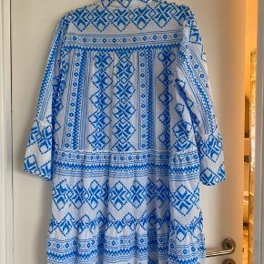 Lækker 100% bomuld kjole/ tunika med 3/4 ærme. A- model som passer fra str 36 - 42 alt efter hvor stir barn man har.   Bytter ikke.