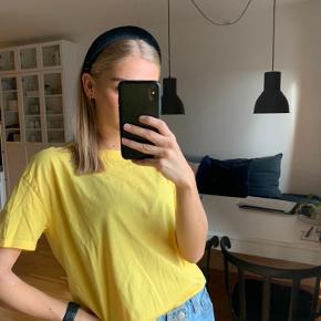 Gul Zara t-shirt Brugt få gange, fejlkøb.  Kommer fra røgfrit hjem Kan sendes eller afhentes på Amagerbro