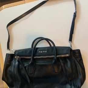 Sælger denne fine Miu Miu taske købt over MyTheresa. Den er stort set ikke brugt, og standen er som ny. Skriv endelig for yderligere info