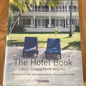TASCHEN 'The Hotel Book - Great Escapes North America' (helt ny i ubrudt emballage) En gave jeg aldrig har fået åbnetk eller brugt. Nypris eur 30 - sælges for 95 kr.   https://www.taschen.com/pages/en/catalogue/lifestyle/all/03424/facts.great_escapes_north_america_updated_edition.htmg