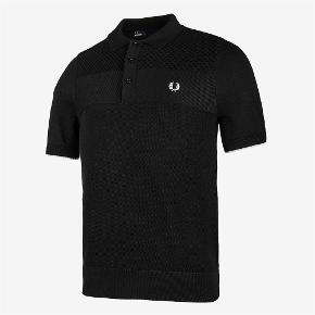 Varetype: -=NY=- Polo Farve: Sort Oprindelig købspris: 700 kr.  Fred Perry  Style: K1516 Col: 102 ( Sort ) Texture mix knitted shirt 100% Bomuld