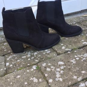 Sorte boots.  Kun brugt 1 gang.  Byd