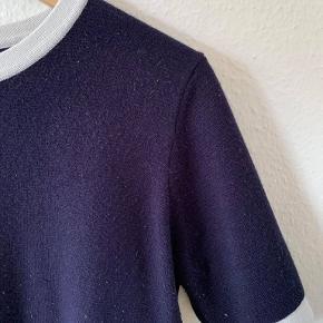 Zara knit trøje i mørkeblå og med hvid kant.  Standen er god, men har været brugt. Kan afhentes i Holbæk, eller sendes på købers regning med DAO