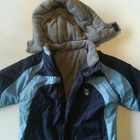 God vinterjakke uden huller, pletter eller slid. Hatten kan lynes af.