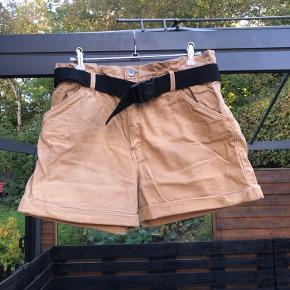 Bæltet hører med til shortsene, men kan sagtens tages af og bruges uden.   Jeg sælger ud af mit tøj for at gøre plads til nyt.   BYD gerne.   Tjek min profil for andre annoncer.   Alt tøjet er fra et ikke-ryger-hjem.