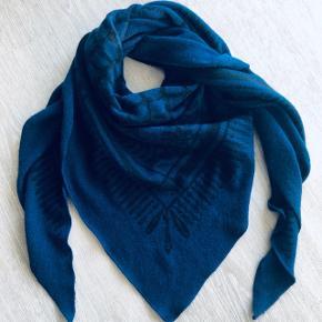 Smukt Lala Berlin tørklæde i den flotteste blå farve. Bytte til andet Lala Berlin i anden farve..  MP 1800kr