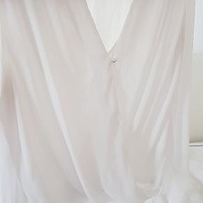 Hvis bluse i chiffonstof i str 40, men jeg er selv en str small og kan lide den oversize :) Den mangler to knapper, én på hvert ærme, som man nemt kan sy på :)  SE MINE ANDRE ANNONCER! ALT SÆLGES BILLIGT, FORDI DET SKAL VÆK!!