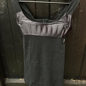 Kan bruges som top eller hvis man ikke er så høj, som en kort kjole. Kjolen er i bomuld.