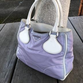Prada håndtaske i lilla/hvid  fremstår i god stand!  Sælges for: 1300,- -Skriv for mere information