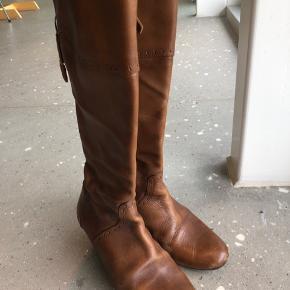 Lidt slid på snuden. Skindet er slidt på hælen. Husker det som om det er Billibi, men kan ikke se det på støvlen. Nypris 1199kr