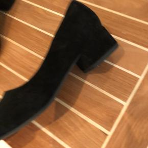 Fin ruskindssko med lille hæl. Fejlkøb kun prøvet på en enkel gang. Sort str 39 sælges for 300kr