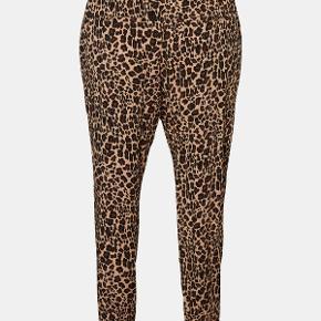 Fine leopard bukser fra Junarose med prismærke på. Kan stadig købes i butikkerne. 98% viskose og 2% elestan. Der er elastik i livet. Bytter ikke prisen er fast