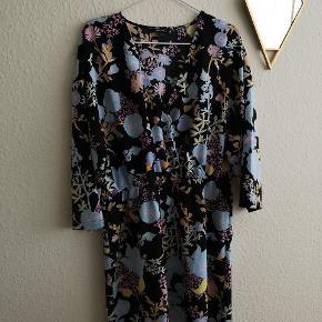 Virkelig fin kjole med blomstret motiv og blålige nuancer sælges, da den desværre ikke klæder mig. Den er stor i størrelsen så god til hvis man har former 👈 Materialet er 100% polyester. Den måler: L 89 cm, brystmål Ca. 56x2, talje Ca 42 cm (dog med elastik i) 👉 den er lidt svær at mårle helt præcis. 👗👗👗 Bemærk at prisen er inkl. Porto denne mrd. 💙💙💙