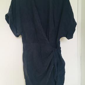 Kjolen er mørkeblå